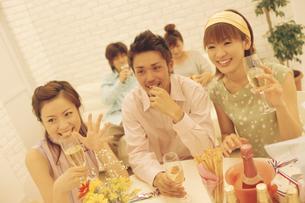 グラスを持つ男女3人の写真素材 [FYI01326815]