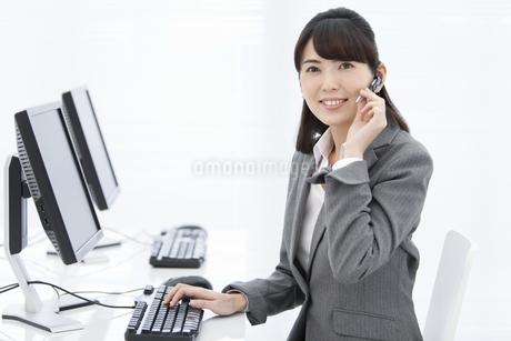インカムをつけたビジネスウーマンの写真素材 [FYI01326840]
