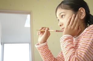 鉛筆を持つ女の子の写真素材 [FYI01326852]