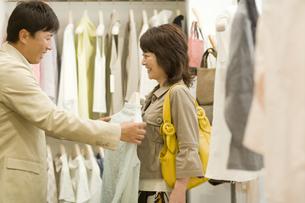 服を選んでいる中高年カップルの写真素材 [FYI01326861]