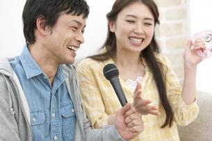 カラオケを歌うカップルの写真素材 [FYI01326904]