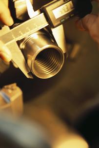 金属を測るノギスのアップの写真素材 [FYI01326911]