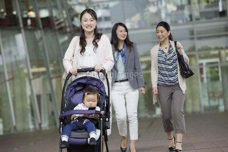 こどもを連れて通勤する女性の写真素材 [FYI01326915]