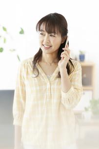 スマートフォンで電話する女性の写真素材 [FYI01326916]