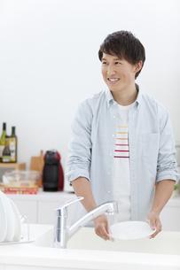 洗い物をする男性の写真素材 [FYI01326964]