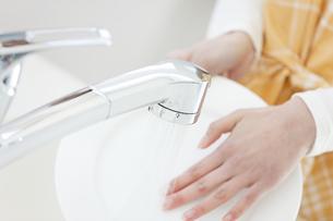 洗い物をする女性の写真素材 [FYI01326976]