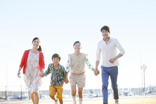 走る家族4人の写真素材 [FYI01327032]