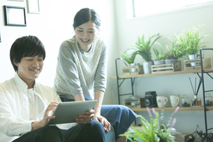 ソファーで話すカップルの写真素材 [FYI01327097]
