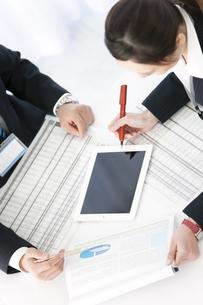 打ち合わせをするビジネスマンとビジネスウーマンの写真素材 [FYI01327107]