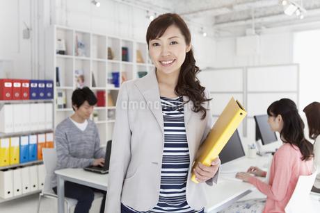 ファイルを持つ女性の写真素材 [FYI01327120]