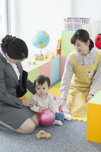 園児と迎えに来た母親の写真素材 [FYI01327155]