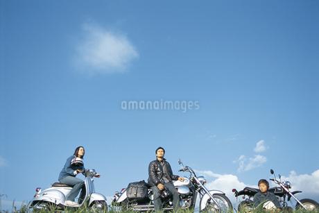 バイクと若者の写真素材 [FYI01327266]