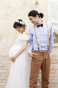 寄り添う笑顔の夫婦の写真素材 [FYI01327318]