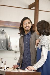 ショッピングをするカップルの写真素材 [FYI01327368]
