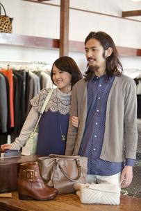 ショッピングをするカップルの写真素材 [FYI01327534]