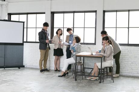 打合せをするビジネス男女6人の写真素材 [FYI01327539]