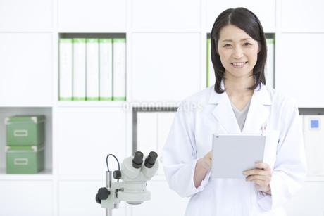 笑顔の女性研究員の写真素材 [FYI01327549]