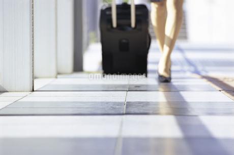 スーツケースを引く女性の足元の写真素材 [FYI01327635]