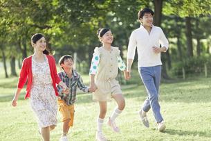 スキップする家族4人の写真素材 [FYI01327651]