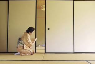 襖を開ける着物姿の女性の写真素材 [FYI01327718]