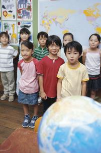 地球儀と小学生の写真素材 [FYI01327787]