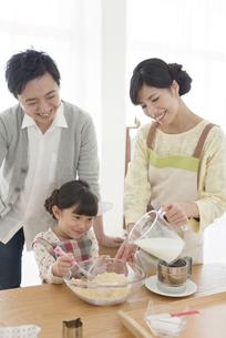 料理をする家族3人の写真素材 [FYI01327800]