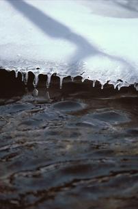 雪解けの川の写真素材 [FYI01327802]