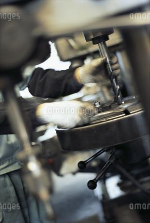 機械を操作する手の写真素材 [FYI01327871]