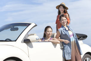 車でくつろぐ女性3人の写真素材 [FYI01327940]