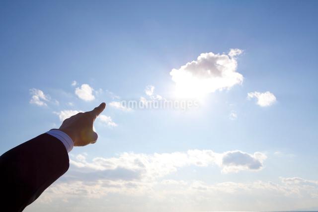 太陽を指さすビジネスマンの手の写真素材 [FYI01327953]