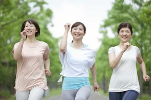ジョギングをする中高年女性3人の写真素材 [FYI01327956]