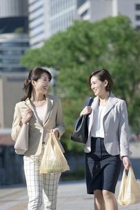 コンビニ袋を持つビジネスウーマン2人の写真素材 [FYI01327970]