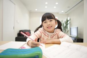 勉強する女の子の写真素材 [FYI01327986]