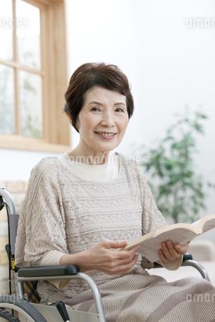 車椅子のシニア女性の写真素材 [FYI01328006]