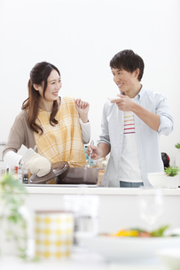 料理をしているカップルの写真素材 [FYI01328014]