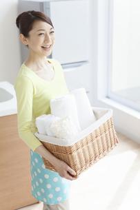 洗濯物を持つ女性の写真素材 [FYI01328032]
