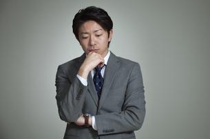 うつむくビジネスマンの写真素材 [FYI01328052]