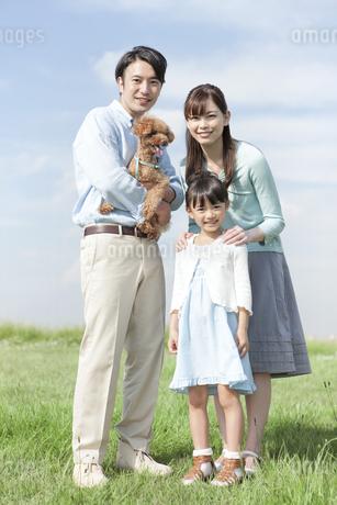 笑顔の家族と犬の写真素材 [FYI01328080]