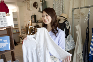 買い物をする女性の写真素材 [FYI01328104]