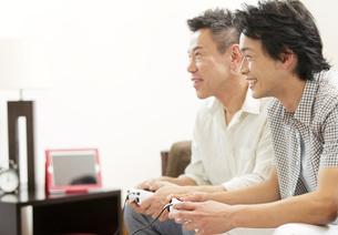 ゲームをする息子と父の写真素材 [FYI01328125]