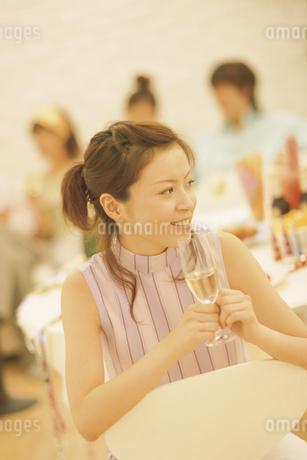グラスを手に持つ女性の写真素材 [FYI01328147]