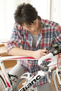 自転車の手入れをする男性の写真素材 [FYI01328173]