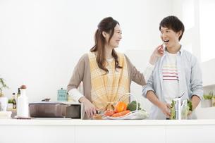 料理をしているカップルの写真素材 [FYI01328208]