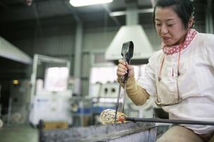 ガラス工房の女性の写真素材 [FYI01328309]