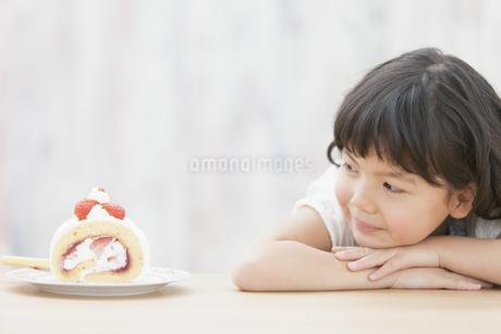 ケーキを見ている女の子の写真素材 [FYI01328327]