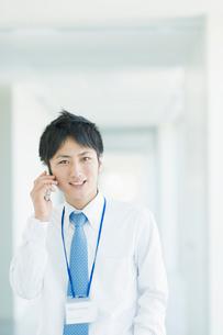 携帯電話で話すビジネスマンの写真素材 [FYI01328335]