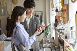 買い物をするカップルの写真素材 [FYI01328375]