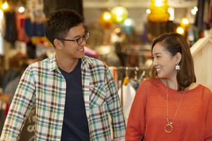 笑顔のカップルの写真素材 [FYI01328388]