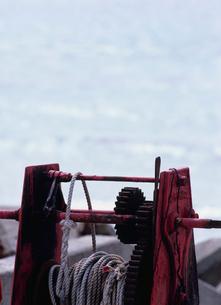 海辺の船用ロープ巻き上げ機の写真素材 [FYI01328456]