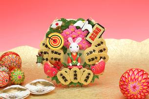 新年の挨拶をする兔の蓑と毬と貝の写真素材 [FYI01328470]